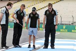 Sergio Pérez, Sahara Force India F1 camina el circuito con el equipo
