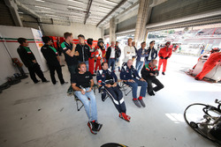 #53 AF Corse, Ferrari 488 GT3: Olivier Beretta con Peter Mann e la squadra