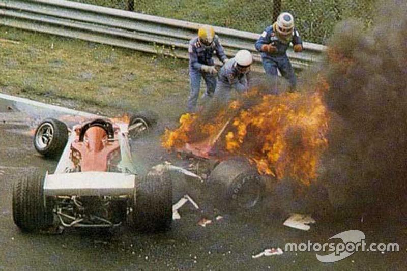 Niki Lauda, Ferrari 312T2 va a fuoco dopo l'incidente vicino alla curva Bergwerk