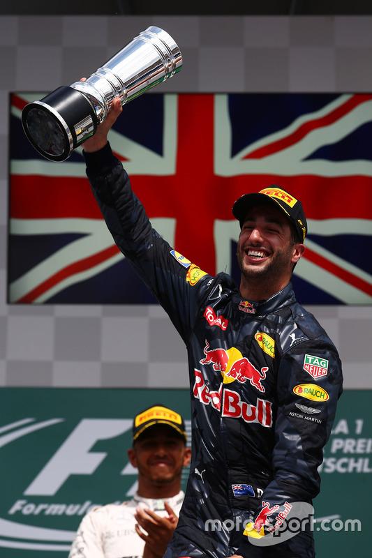 Podio: il secondo classificcato Daniel Ricciardo, Red Bull Racing