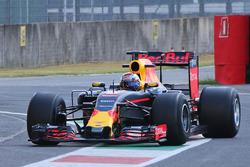 Sébastien Buemi, Red Bull Racing test de bredere banden van Pirelli voor 2017