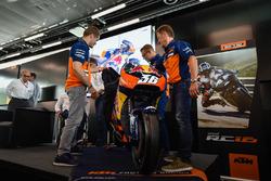 Mika Kallio, Sebastian Risse Pit Beirer en Mike Leitner onthullen de KTM MotoGP-motor