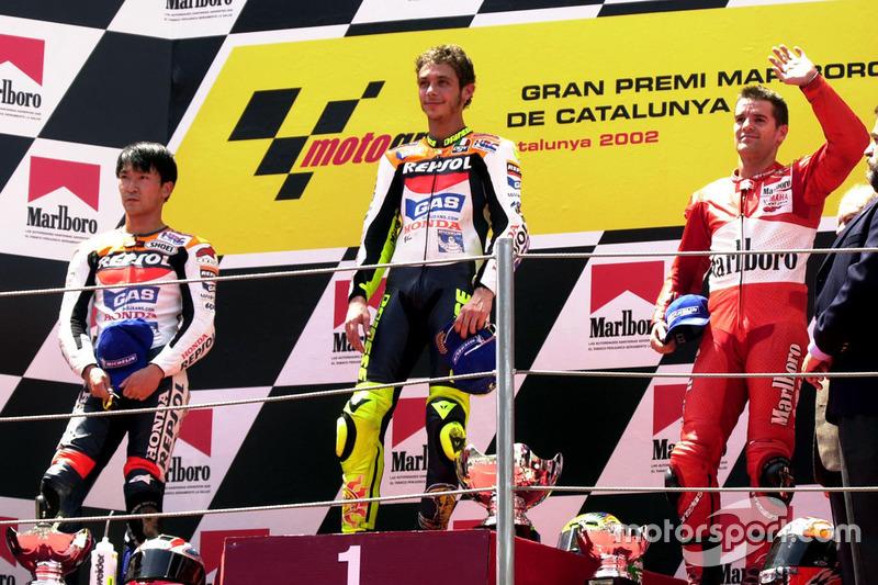 Podio: ganador Valentino Rossi, del equipo Honda, segundo lugar Tohru Ukawa, Repsol Honda Team, tercer lugar Carlos Checa, Yamaha team
