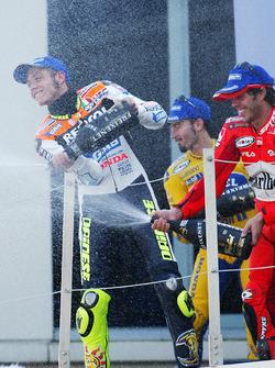 Podium: Sieger Valentino Rossi, Repsol Honda Team; 2. Max Biaggi, Pramac Pons; 3. Loris Capirossi, Ducati Team