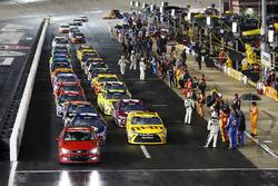 Az eső miatt az autók a bokszban várakoznak