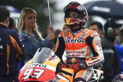 Marc Márquez, Repsol Honda Team con una hermosa chica de la parrilla