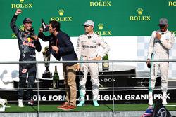 Mark Webber en el podio bebe champagne del la bota de Daniel Ricciardo, Red Bull Racing en el podio