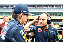 Max Verstappen, Red Bull Racing in gesprek met race-engineer Gianpiero Lambiase op de grid