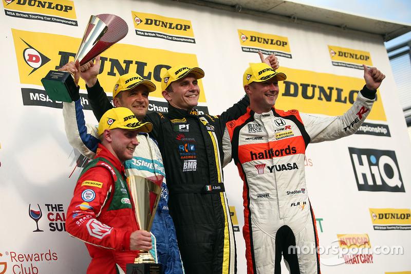 Podio: Ganador de la carrera, Aron Smith, BKR, segundo lugar Gordon Shedden, Halfords Yuasa Racing, tercer lugar Colin Turkington, Silverline Subaru BMR