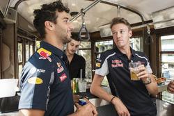 Daniel Ricciardo e Daniil Kvjat fanno aperitivo su uno storico tram di Milano