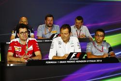 FIA Basın Toplantısı: Franz Tost, Scuderia Toro Rosso Takım Patronu; Paul Hembery, Pirelli Motorsporları Dİrektörü; Guenther Steiner, Haas F1 Takım Patronu; Mattia Binotto, Ferrari Teknik Şefi; Aldo Costa, Mercedes AMG F1 Mühendislik Direktörü; Luca Furbatto, Manor Racing Tasarım Şefi