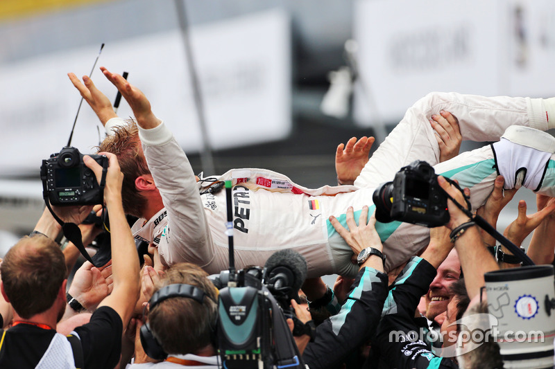 Ganador de la carrera Nico Rosberg, Mercedes AMG F1 celebra con el equipo en parc ferme