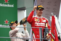 il vincitore Nico Rosberg, Mercedes AMG Petronas F1 W07 e il terzo Sebastian Vettel, Scuderia Ferrari SF16-H