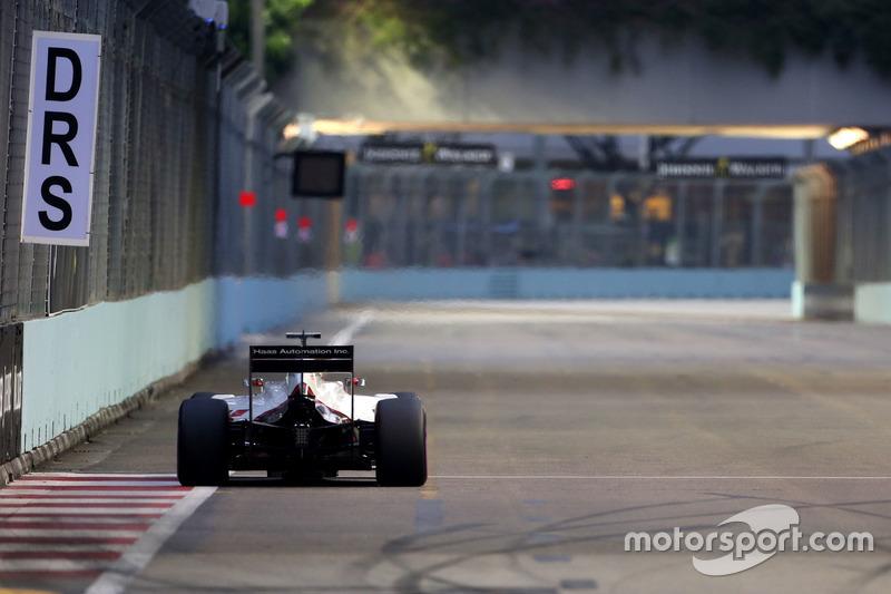 Ultrapassagens não são tão frequentes no circuito. Para facilitá-las, Cingapura conta com duas zonas de DRS: na reta de chegada e entre as curvas 5, 6 e 7, o ponto mais longo de pé embaixo na pista.