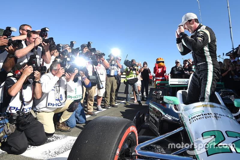 56. Ganador de la pole Simon Pagenaud, Team Penske Chevrolet celebra