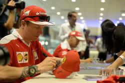 Kimi Raikkonen, Ferrari signs autographs