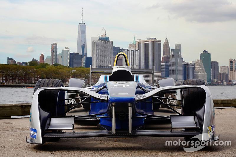 Un coche de fórmula E con el horizonte de la ciudad de Nueva York