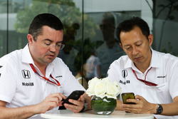 Эрик Булье, гоночный директор McLaren и Юсуке Хасегава, глава программы Honda в Ф1