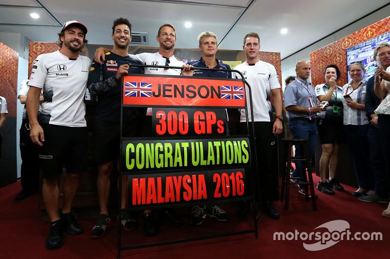 Jenson Button, McLaren celebra sus 300 GP, Daniel Ricciardo, Red Bull Racing, Stoffel Vandoorne, tercer pioto, McLaren F1 Team