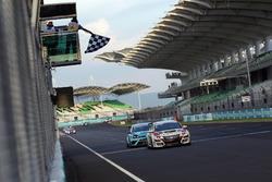 Checkered flag for Roberto Colciago, Honda Civic TCR, Target Competition