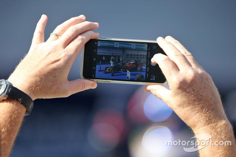 Болельщик снимает видео на смартфон