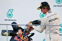 Il vincitore della gara Daniel Ricciardo, Red Bull Racing festeggia sul podio con il terzo classificato Nico Rosberg, Mercedes AMG F1