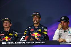 Під час прес-конференції FIA після гонки: Макс Ферстаппен, Red Bull Racing, друге місце; Даніель Ріккардо, Red Bull Racing, переможець гонки; Ніко Росберг, Mercedes AMG F1, третє місце