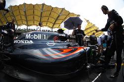Команда працює над болідом Дженсона Баттона, McLaren MP4-31 на стартовій решітці