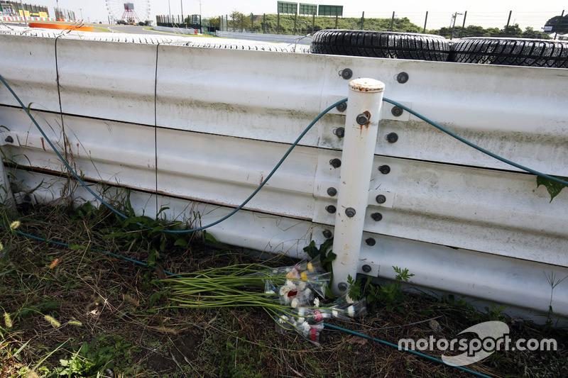 Квіти на місці аварії Жюля Б'янкі
