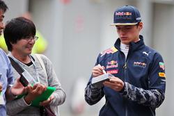 Max Verstappen, Red Bull Racing signeert handtekeningen voor de fans