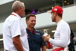 (De izquierda a derecha): Dr Helmut Marko, asesor de Red Bull, con el director de Red Bull, Christian Horner, y con el piloto de Ferrari, Sebastian Vettel