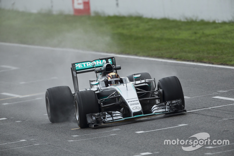 pirelli termine une session de tests 2017 pluvieuse avec mercedes