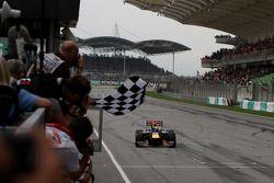 Sebastian Vettel, Red Bull Racing se lleva la bandera a cuadros