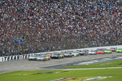 Start: Carl Edwards, Roush Fenway Racing Ford and David Ragan, Roush Fenway Racing Ford lead the field