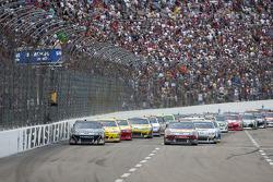 Restart: Matt Kenseth, Roush Fenway Racing Ford and Greg Biffle, Roush Fenway Racing Ford lead the field