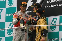Podio: ganador de la carrera Sebastian Vettel, Red Bull Racing, segundo lugar de Jenson Button, McLa