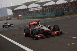 Lewis Hamilton, McLaren Mercedes passe sous le drapeau à damier