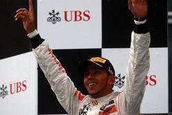 Podium : le vainqueur Lewis Hamilton, McLaren Mercedes