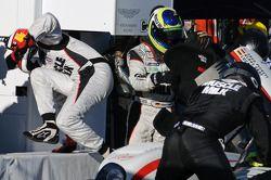 Pitstop #6 Muscle Milk Aston Martin Racing AMR/Lola Coupe B08/62: Lucas Luhr, Klaus Graf