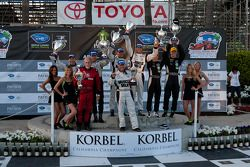 LMP podium: winnaars Klaus Graf en Lucas Luhr met teambaas Greg Pickett, 2de Chris Dyson en Guy Smit