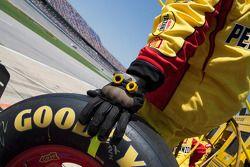Un mécanicien de Kurt Busch, Penske Racing Dodge