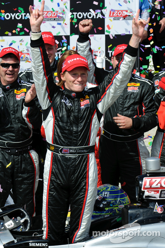 Mike Conway viert zege