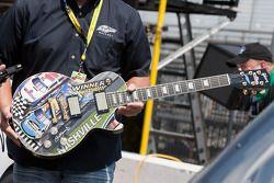 Sam Bass met de Gibson gitaar van de Nashville 300