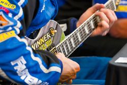 Post-race press conference: the winning guitar