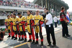 Miembros de la tripulación Conquest Racing en la grilla de partida