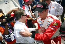 Ganador de la pole Sébastien Bourdais celebra con Carl Haas