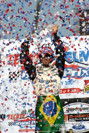 Podio: el ganador de la carrera Bruno Junqueira celebra