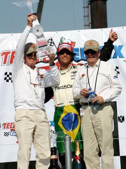 Podio: el ganador de la carrera Bruno Junqueira celebra con Paul Newman y Carl Haas
