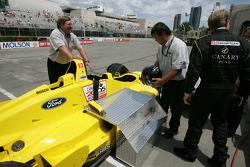 Champ Car 2-seater expérience: un invité monte dans la voiture