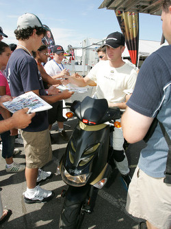 Ryan Hunter-Reay signs autographs
